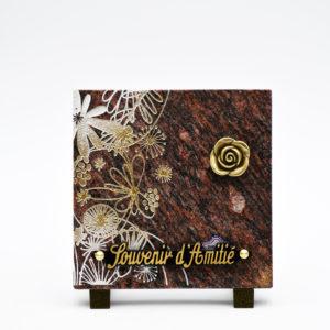 Pompes Funèbres Grosso : plaque funéraire en granit avec des fleurs